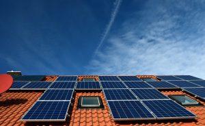 התקנת לוחות סולאריים בבית פרטי: יתרונות וחסרונות